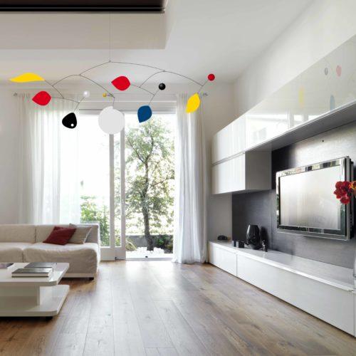 Parade XXL, Mobile Décoratif Géant Personnalisable De Style Calder Couleurs primaires Noir et Blanc Dans Un Salon Moderne | Virvoltan