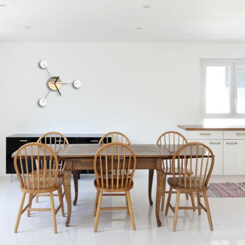 Horloge Murale Personnalisable Trio composée d'un disque de bois gravé et de trois pales d'acier laquées blanches Dans Une Cuisine Ouverte | Virvoltan