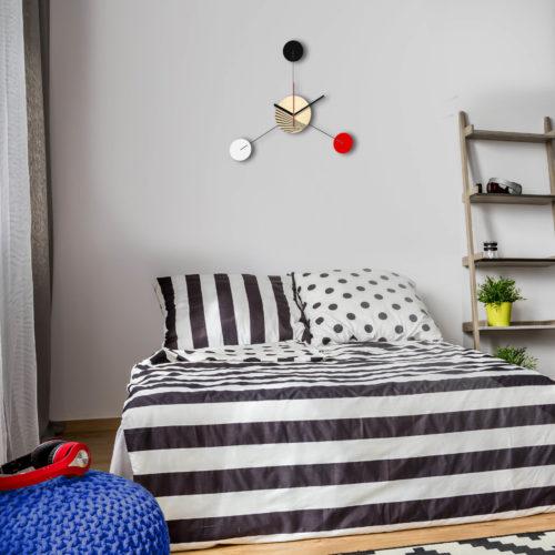 Horloge Murale Personnalisable Trio composée d'un disque de bois gravé et de trois pales d'acier laquées Tricolore Dans Une Chambre | Virvoltan
