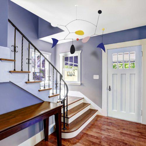 Mobile Calder Personnalisable Bleu Majorelle Jaune Colza Blanc Et Noir Dans L'Entrée D'Une Maison Peinture Lila | Virvoltan