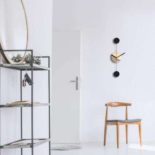 Horloge Murale Personnalisable Duo composée d'un disque de bois gravé et de deux pales d'acier laquées Noires Verticale dans une Entrée Minimaliste | Virvoltan