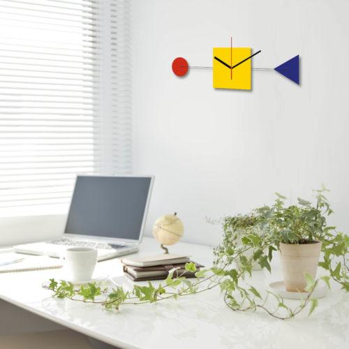 Primary Horloge Bauhaus Personnalisable Bauhaus 100 Ans Dans Un Bureau | Virvoltan