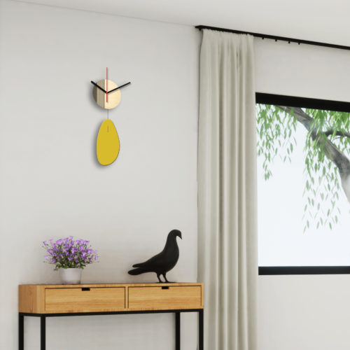 Horloge Murale Personnalisable Solo composée d'un disque de bois gravé et d'une pale d'acier laquée Jaune Au Dessus D'une Console | Virvoltan