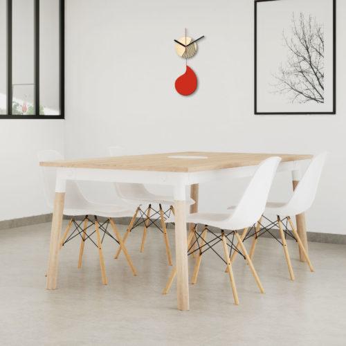 Horloge Murale Personnalisable Solo composée d'un disque de bois gravé et d'une pale d'acier laquée Rouge Parfaite Dans Une Salle A Manger | Virvoltan